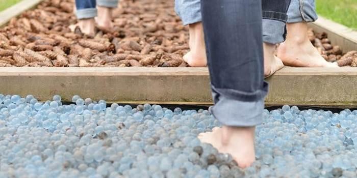 پابرهنه راه رفتن جهت تقویت قوس کف پا